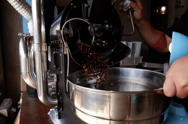 cafe-rang-roi-vao-khay-lam-mat